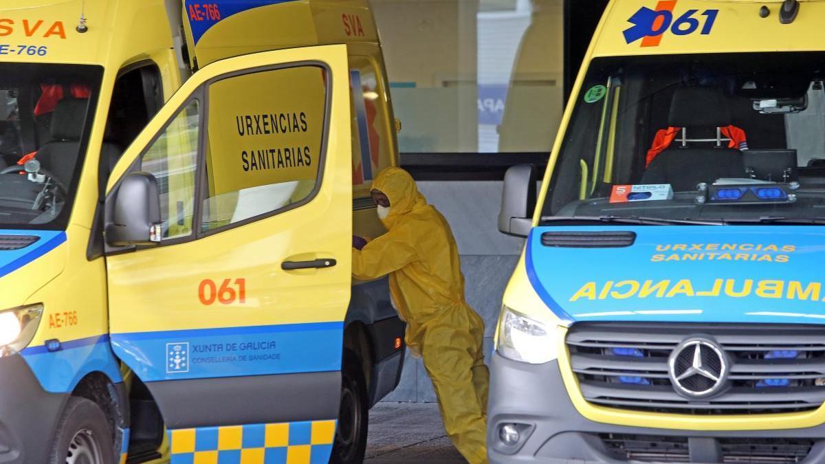 Ambulancias en la entrada de urgencias del Hospital Álvaro Cunqueiro / Marta G. Brea