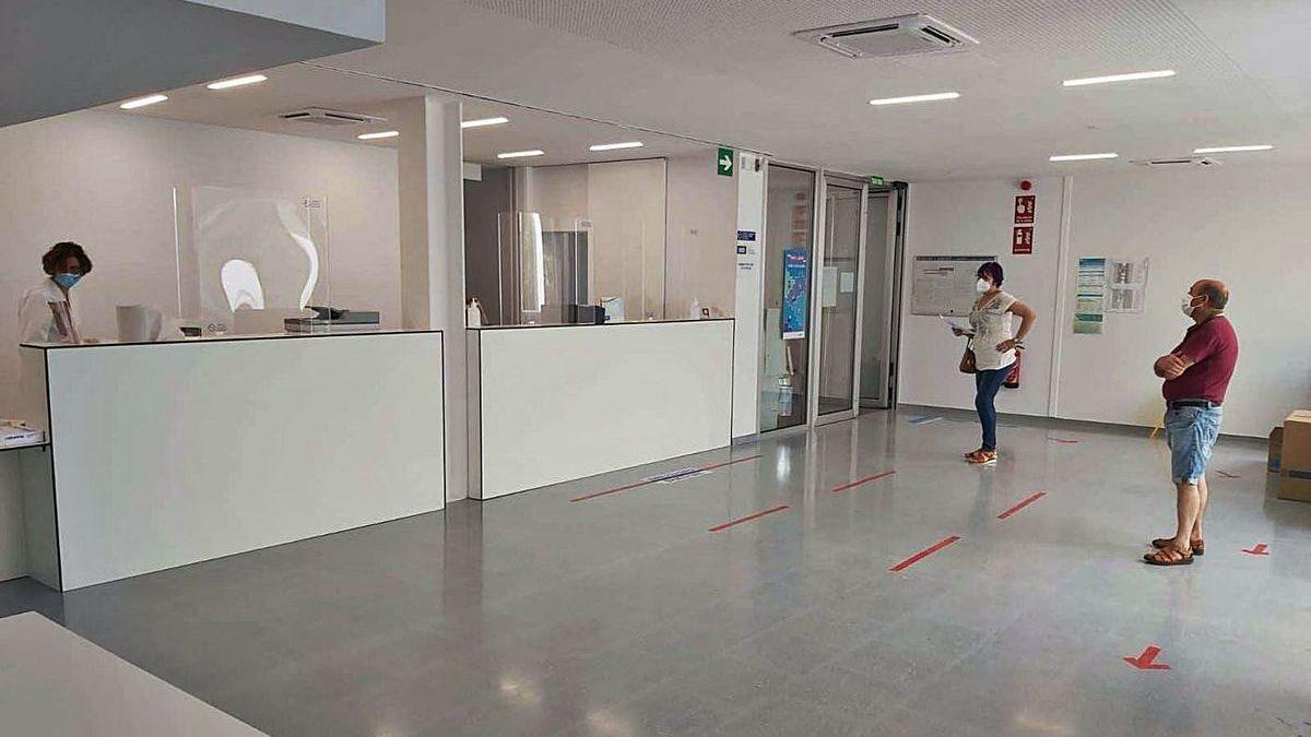 Primeros usuarios del nuevo centro de salud de Salceda de Caselas, ayer.