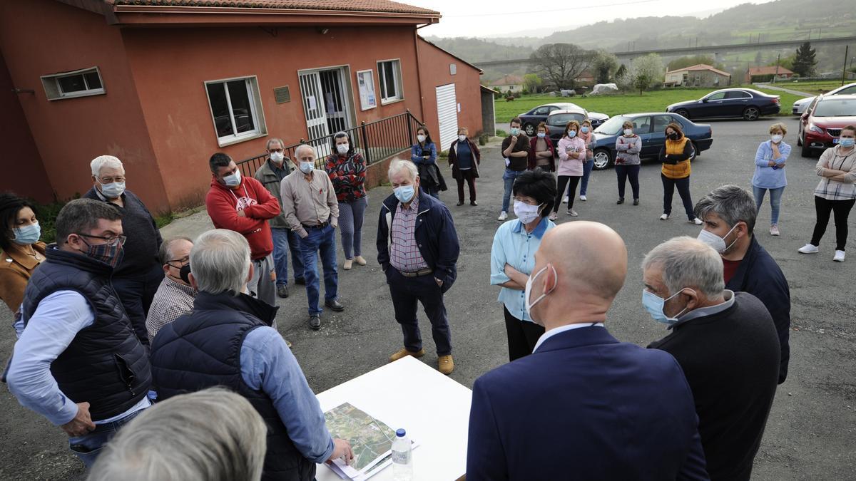 Una reunión del gobierno cruceño en Losón por los proyectos eólicos. // Bernabé/Javier Lalín