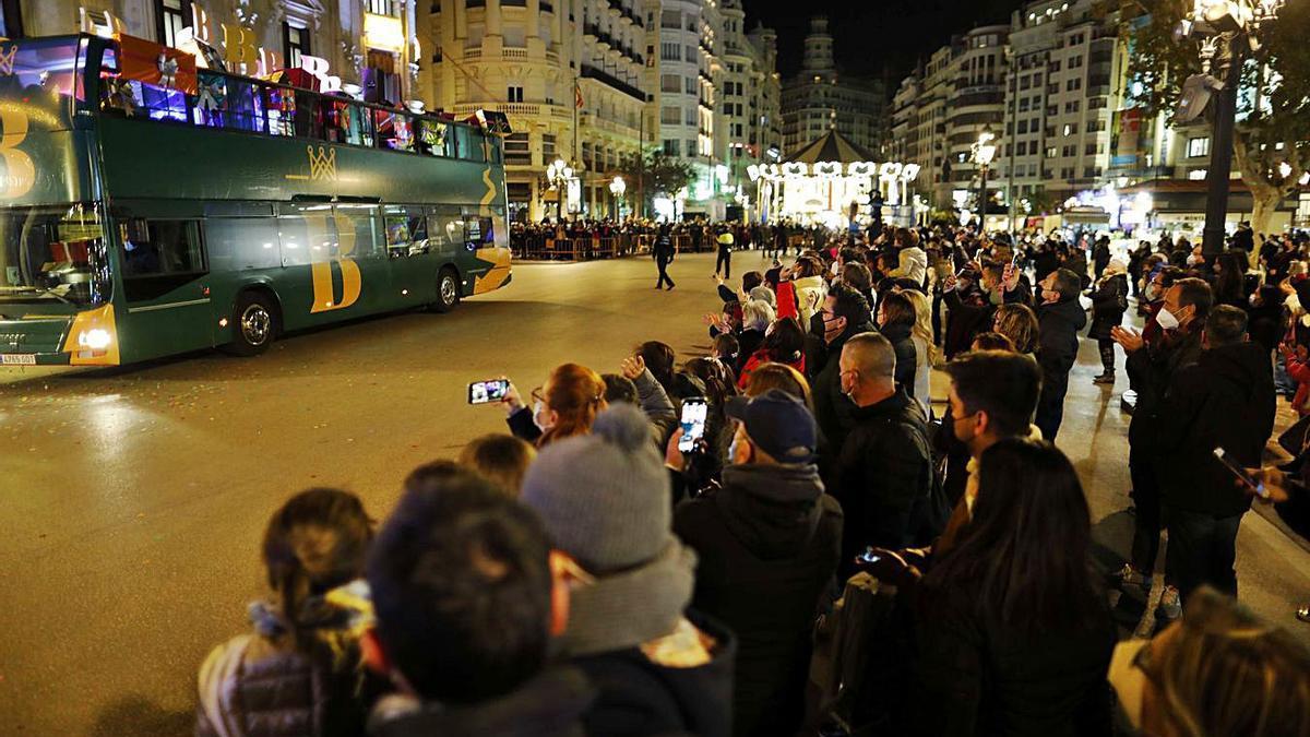 Llegada del autobús del rey Baltasar a la Plaza del Ayuntamiento.  | MIGUEL A. MONTESINOS