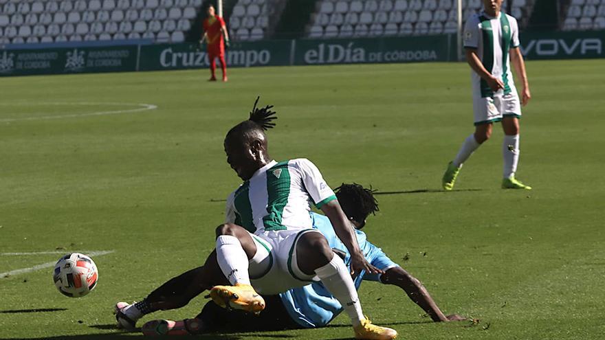 Moussa lucha en el cesped por el balon.jpeg