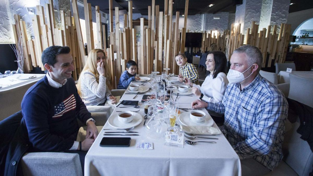 Una familia come en un restaurante en Valencia.