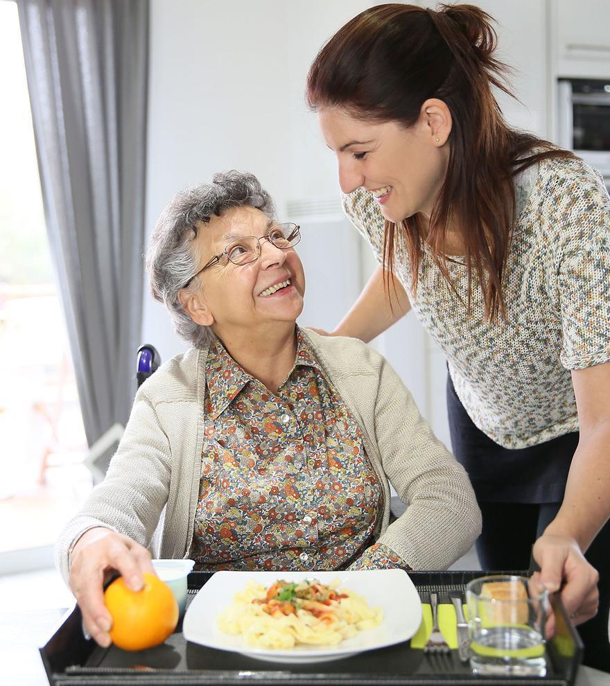 El cuidado domiciliario de personas mayores se presenta como la mejor alternativa a las residencias.