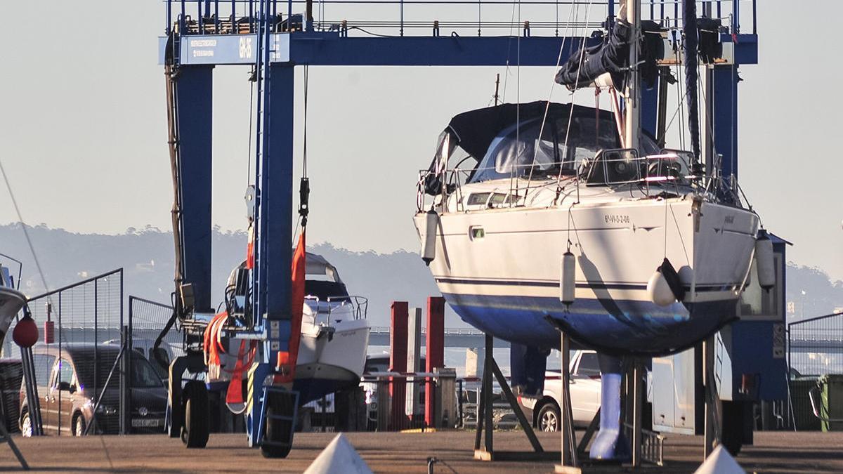 El velero interceptado, en el puerto de Vilanova tras un siniestro en diciembre // Iñaki Abella