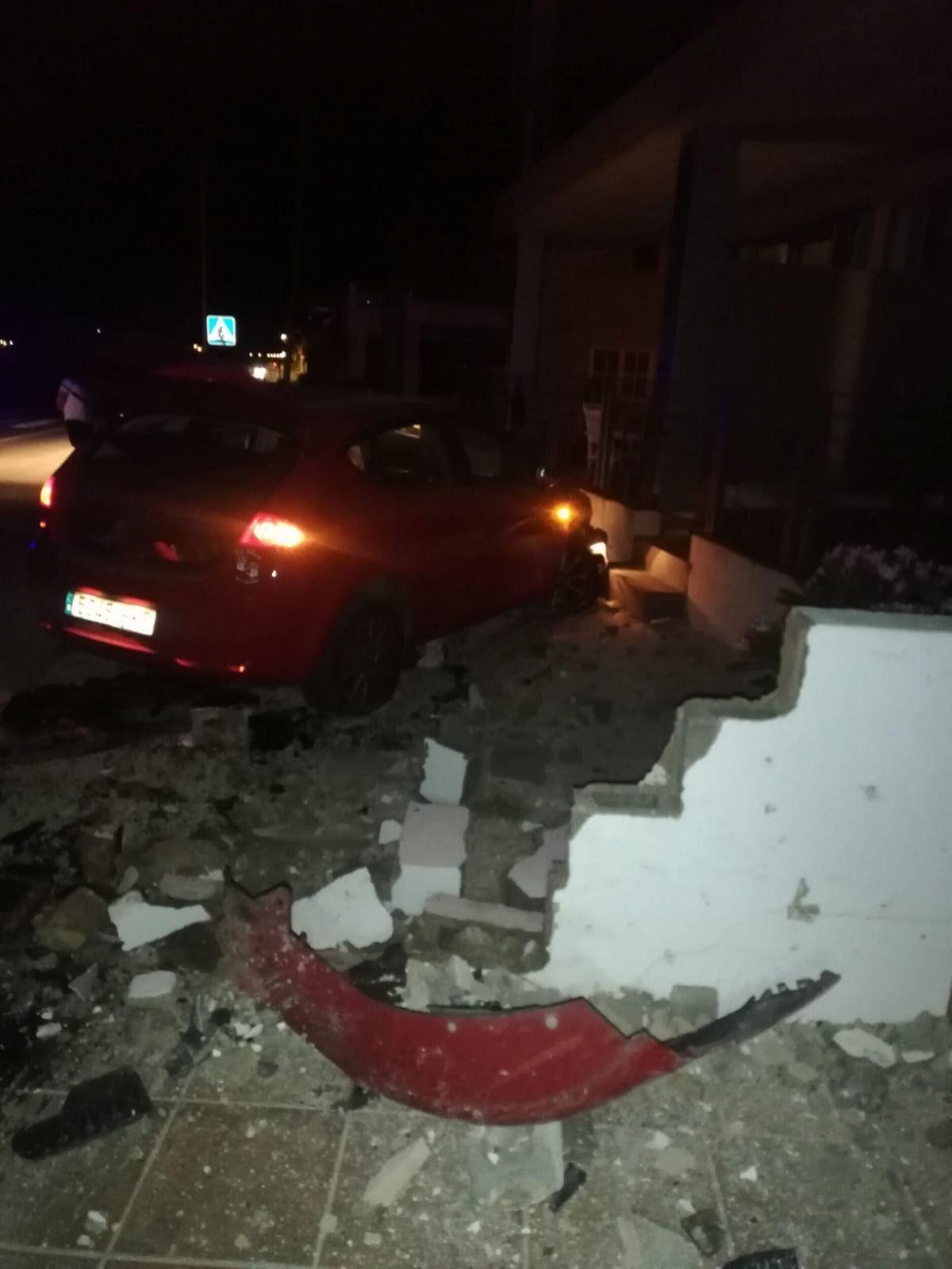 Una conductora ebria y drogada se estrella contra una farola y varias casas de sa Ràpita