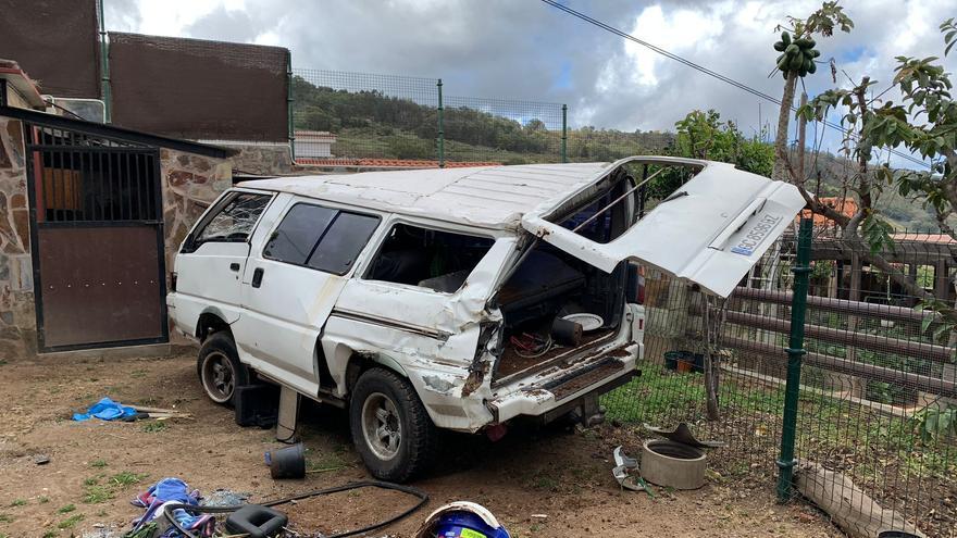 Un vehículo se precipita a un jardín de Barranco del Pino, en Teror (15/04/2021)