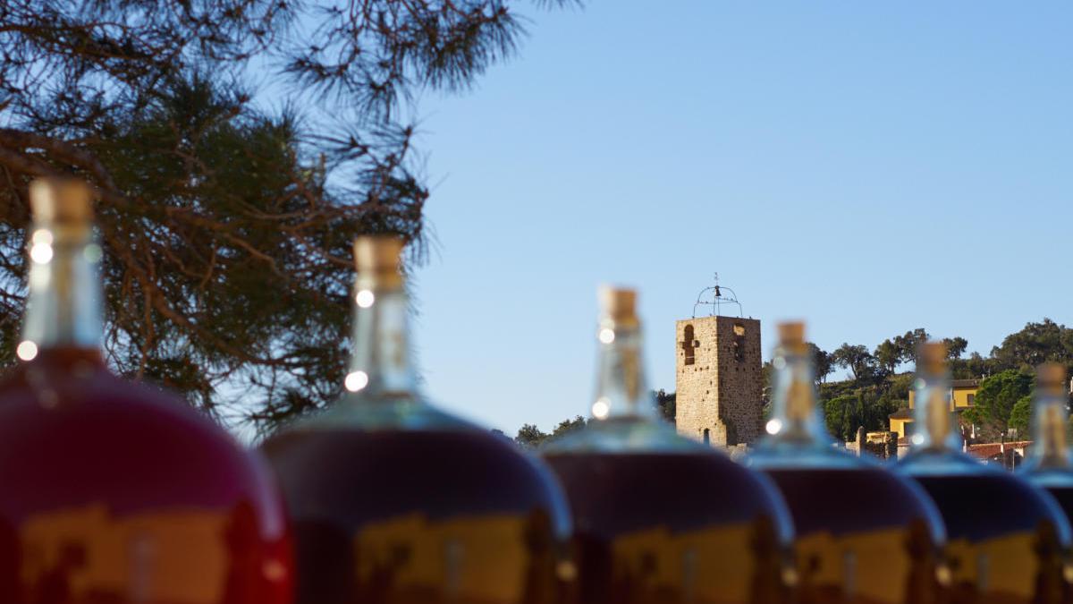 El vi dolç de l'Empordà , des que el raïm és a la vinya fins a les garrafes a l'exterior dels cellers