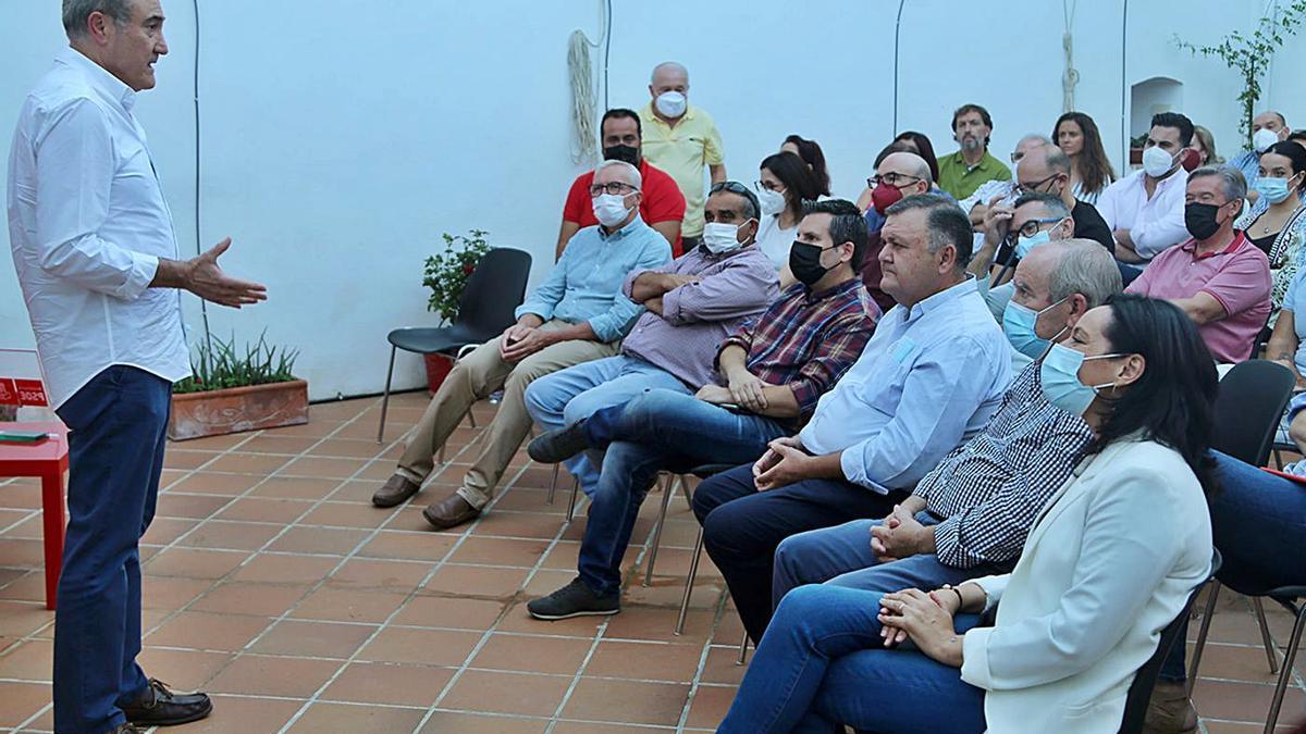 Presentación de la tercera vía en el PSOE cordobés, el pasado jueves en Montilla.  | JOSÉ ANTONIO AGUILAR
