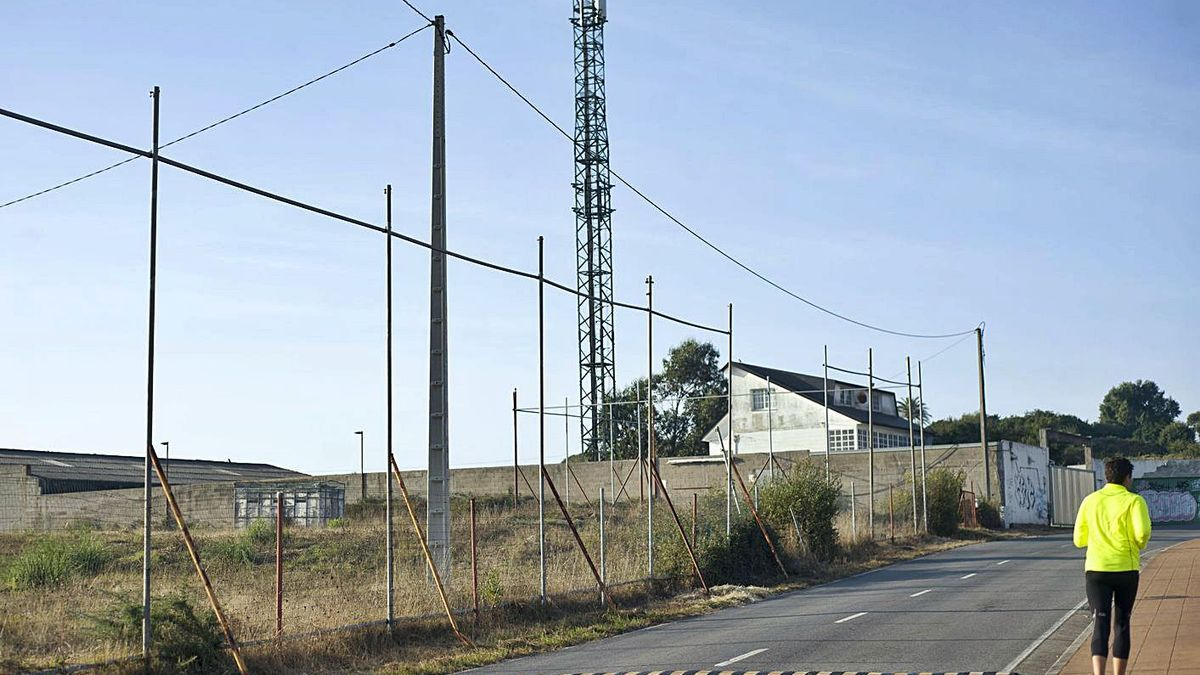 Una antena de telefonía, en Os Rosales.     // CASTELEIRO/ROLLER AGENCIA