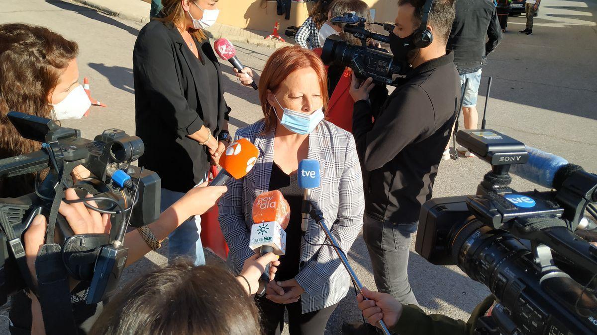 Emilia Chavero atiende a los medios.