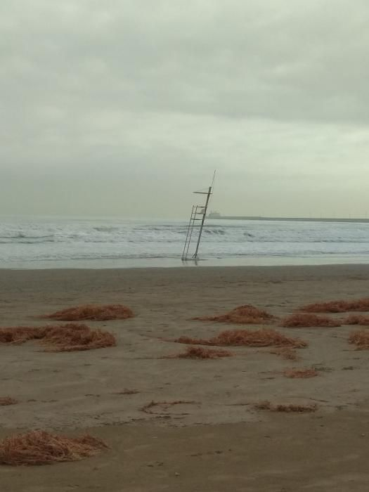El agua aún invade la zona donde está instalada la torre del socorrista, en la playa de la Malva-rosa.
