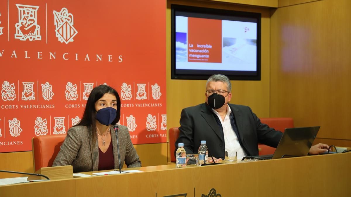 Los diputados de Ciudadanos Ruth Merino y Fernando Llopis esta mañana en las Corts