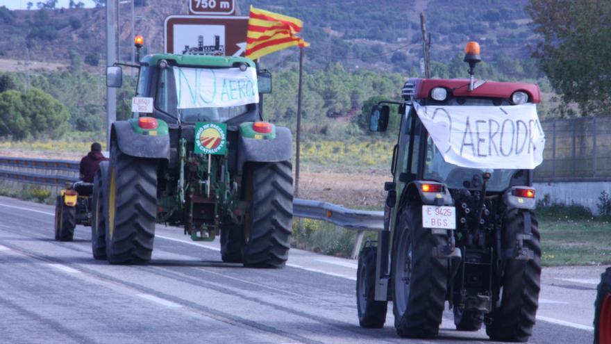Soroll de tractors dels pagesos, que reclamen que s'aturi l'aeròdrom de Peralada