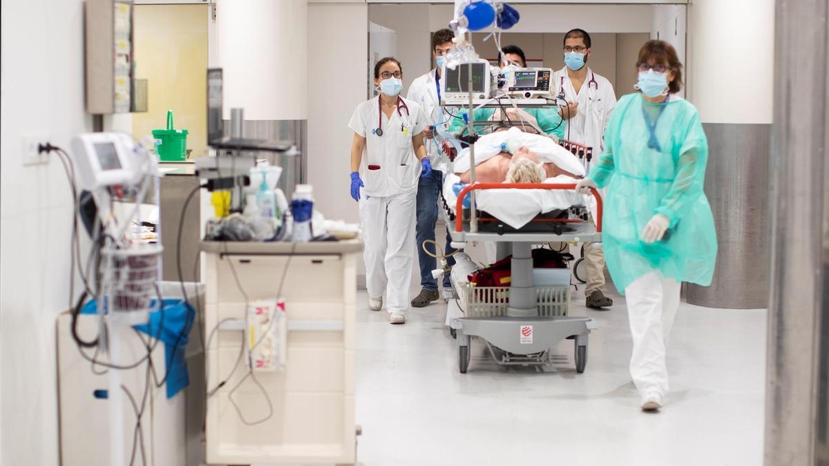 Sanitarios saliendo del interior de la UCI de un hospital.