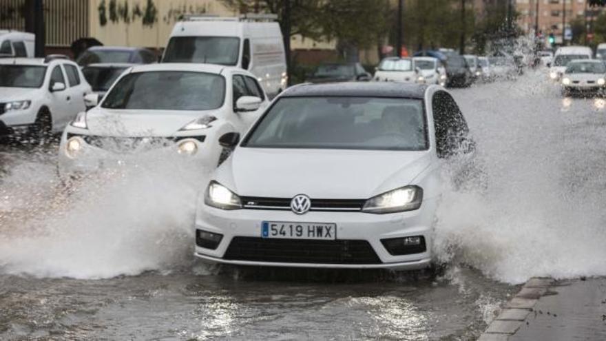 Las lluvias torrenciales de Valencia provocan cortes en carreteras y desbordamientos