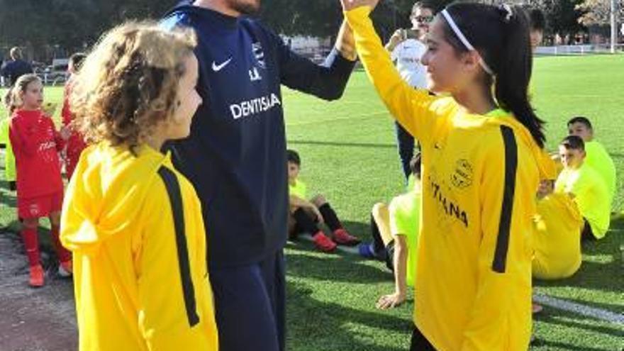 Saúl enseña a niños y niñas en Elche