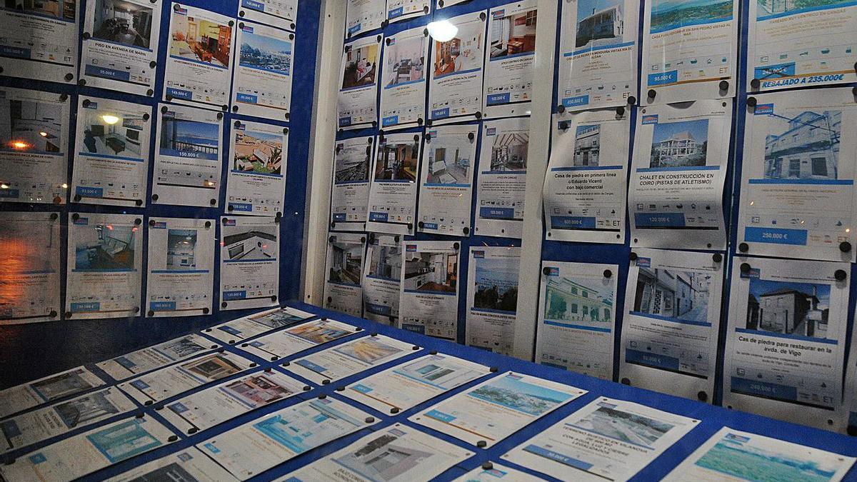 Carteles de viviendas en venta en la costa gallega. |   // GONZALO NÚÑEZ