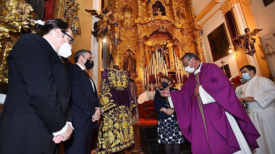 Pasión bendice la nueva túnica bordada en oro para su titular