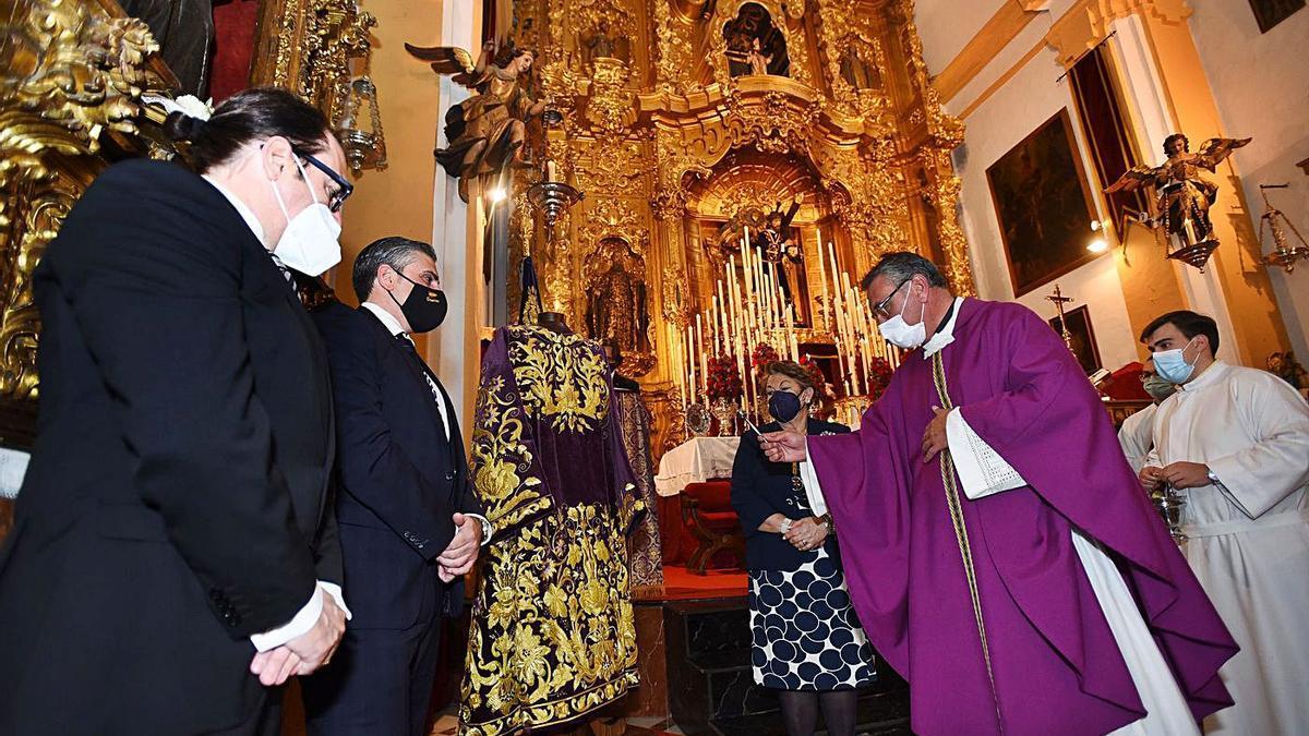 33 El consiliario de la hermandad, Jesús Poyato, bendiciendo la nueva túnica del Señor de Pasión.   CHENCHO MARTÍNEZ