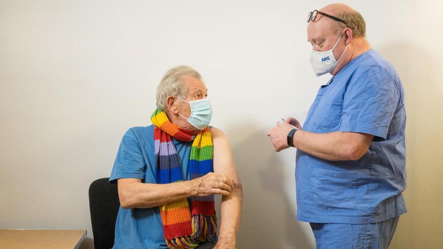 El actor Ian McKellen, que encarnó a Gandalf y Magneto, se vacuna contra la Covid-19