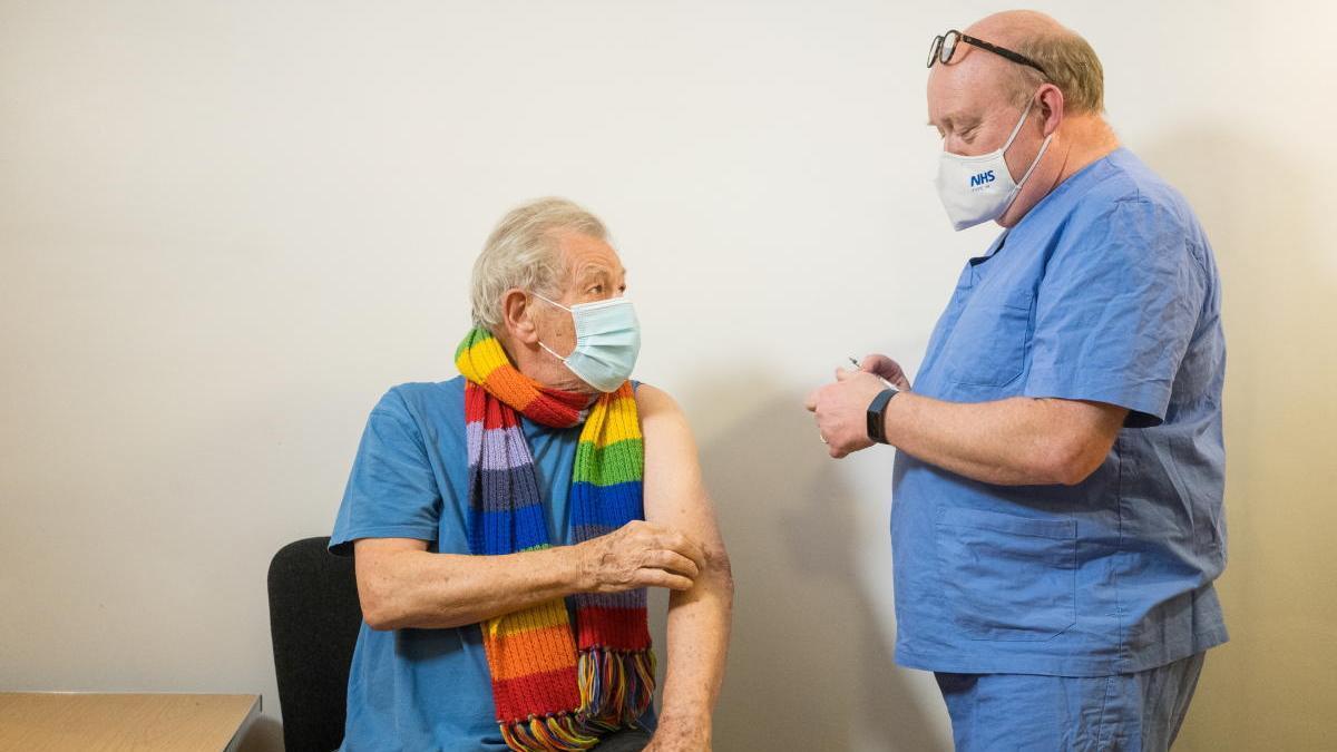 El actor Ian McKellen, que encarnó a Gandalf y Magneto, se vacuna contra la  Covid-19 - Levante-EMV