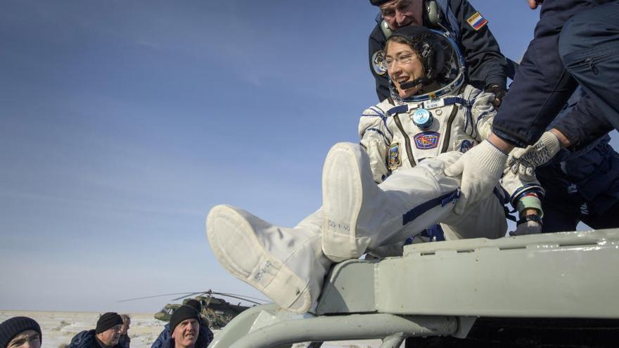 Vuelve a la Tierra Christina Koch tras batir el récord en el espacio de una mujer