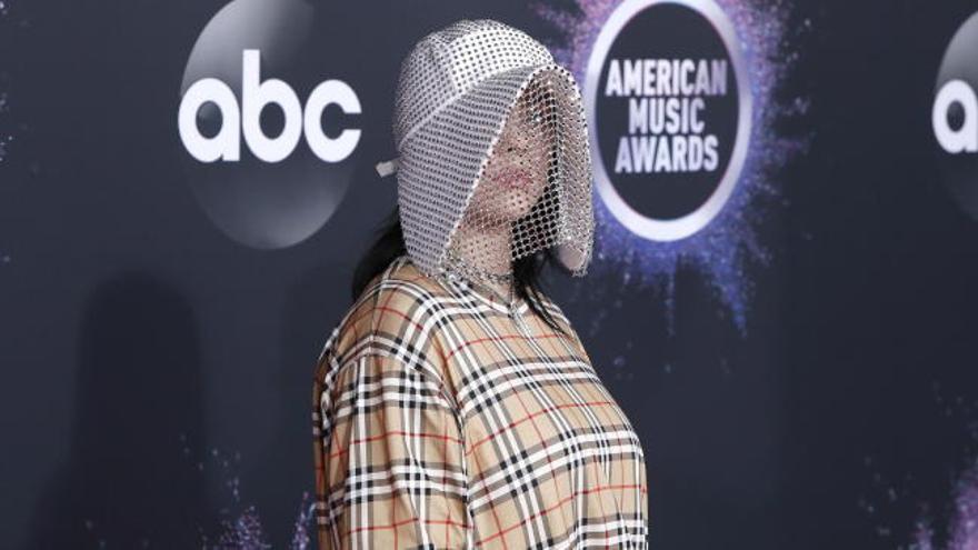 Color y extravagancias en la alfombra roja de los 'Premios de la Música Americana'