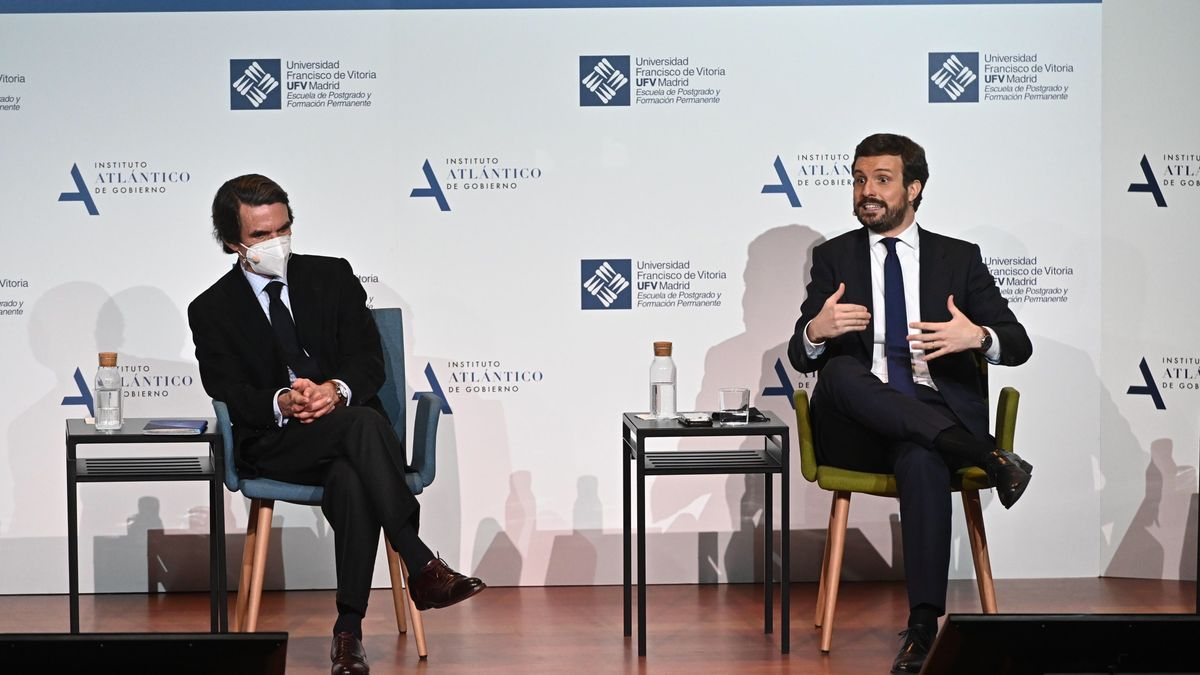 El expresidente del Gobierno José María Aznar (i) conversa con el presidente del PP, Pablo Casado.