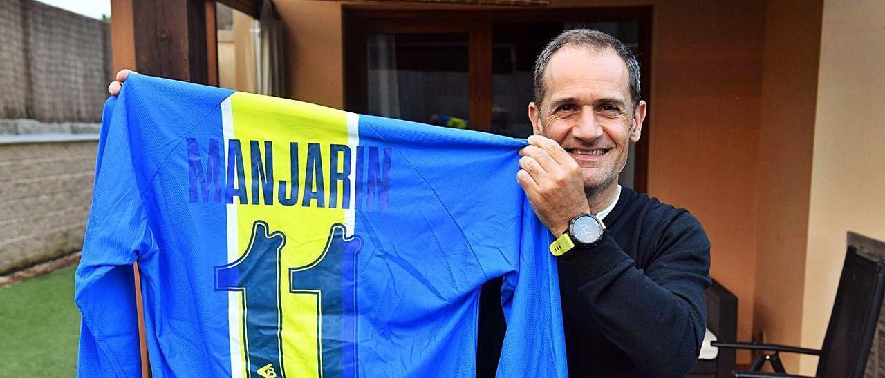 Manjarín, en su casa de La Coruña, con su camiseta de la selección asturiana.