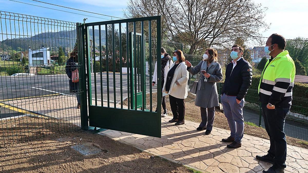 El alcalde, Gerardo Sanz, segundo por la derecha, ayer, durante la visita a la zona del nuevo aparcamiento. | LNE