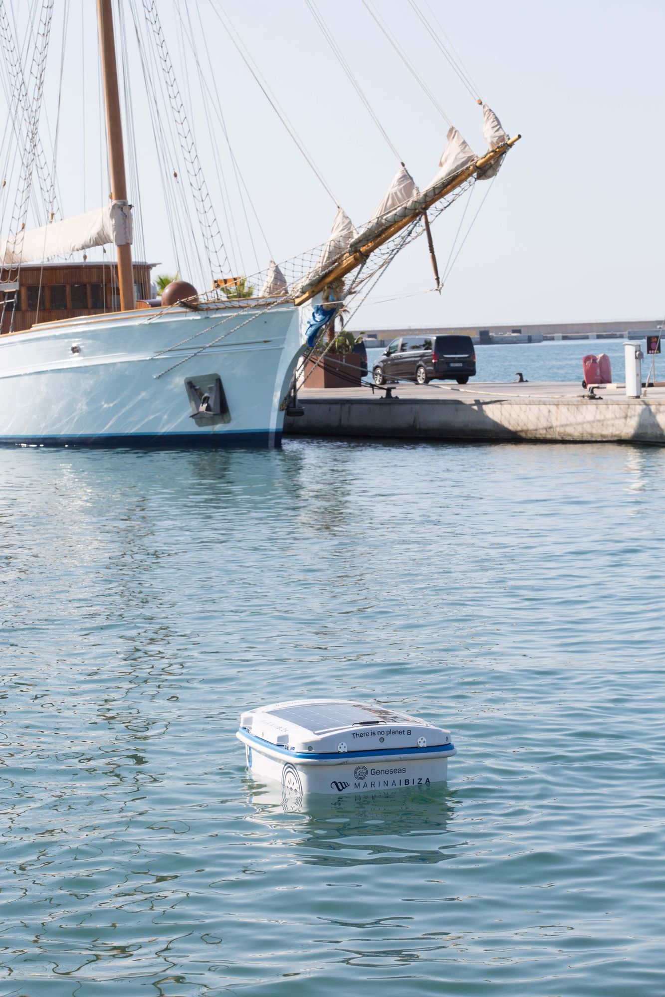 El 'Geneseas', un robot pionero en España limpia las aguas de la Marina Ibiza