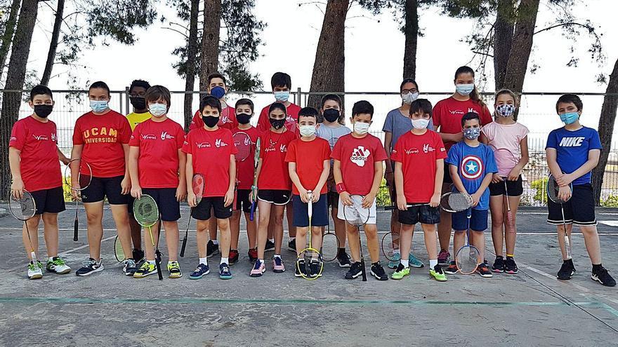 Una veintena de deportistas participan en la Clausura de la escuela de bádminton de Xàtiva