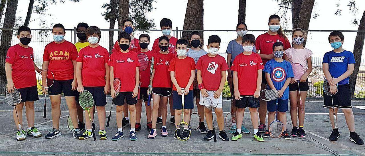 Deportistas participantes en el Campeonato de Clausura de la EDM de Bádminton en Xàtiva | JAVIER ALCÁZAR