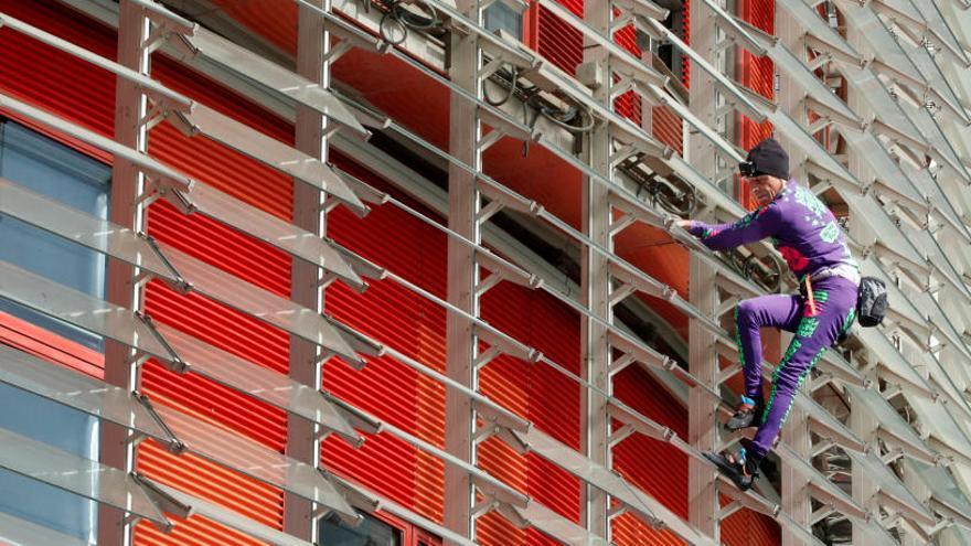 El Spiderman francés escala la Torre Glòries en Barcelona