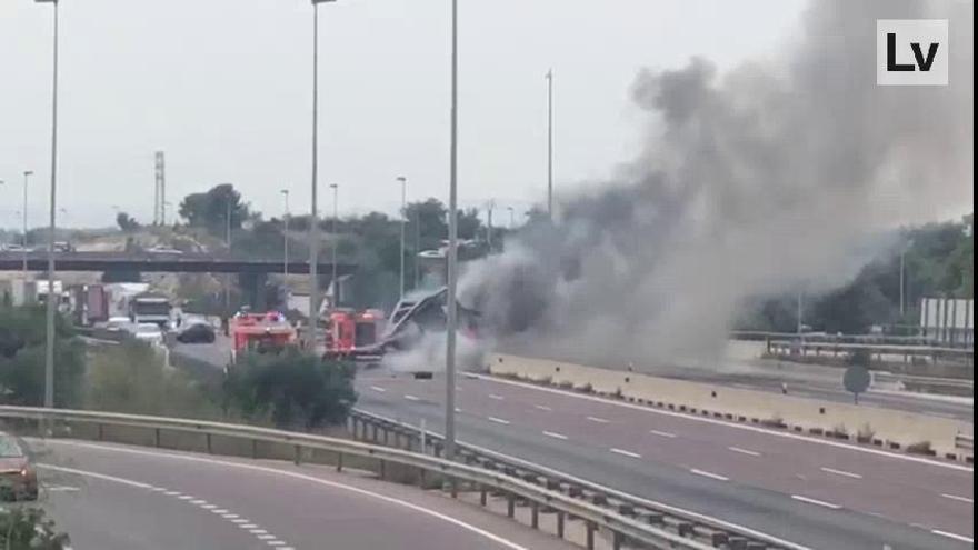 Abren un carril en la A-7  tras el vuelco e incendio de un camión a la altura de Paterna