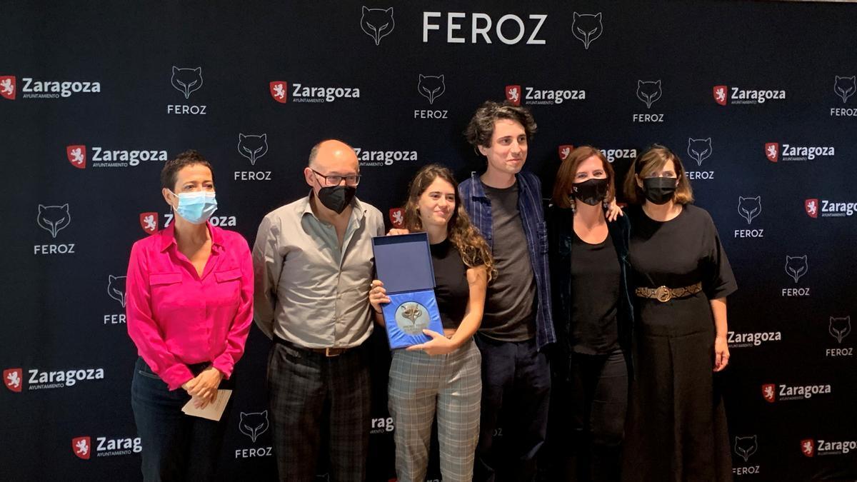 Sara Fernández, segunda por la derecha; con María Guerra, la primera por la izquierda; y Jonás Trueba, entre otros, en San Sebastián.