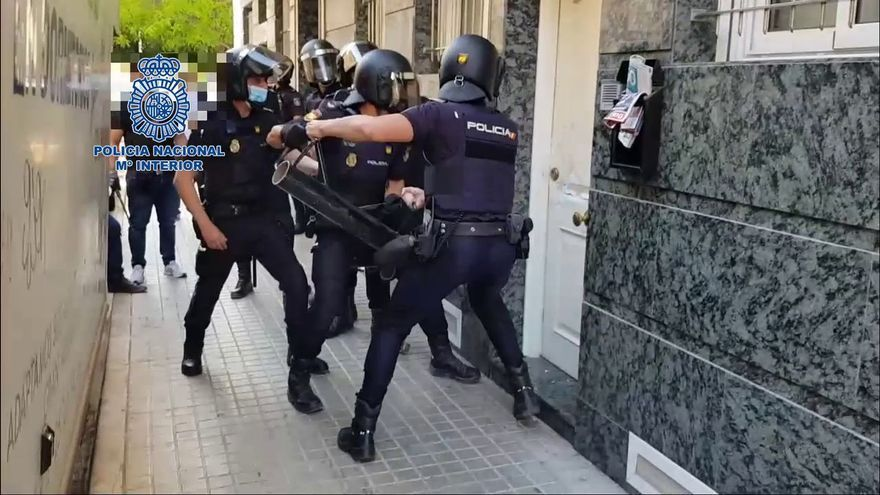 Así asalta la Policía una casa de prostitución en Elche