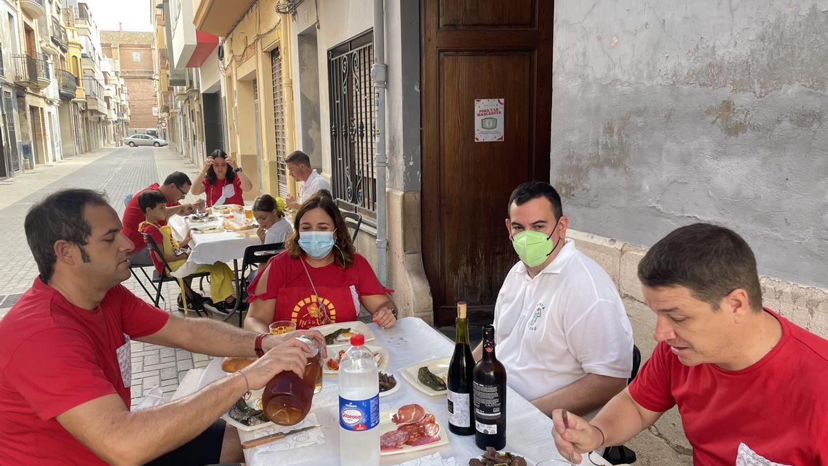 En una calle semipeatonal, El Sifó apuesta por sacar las mesas fuera del local.