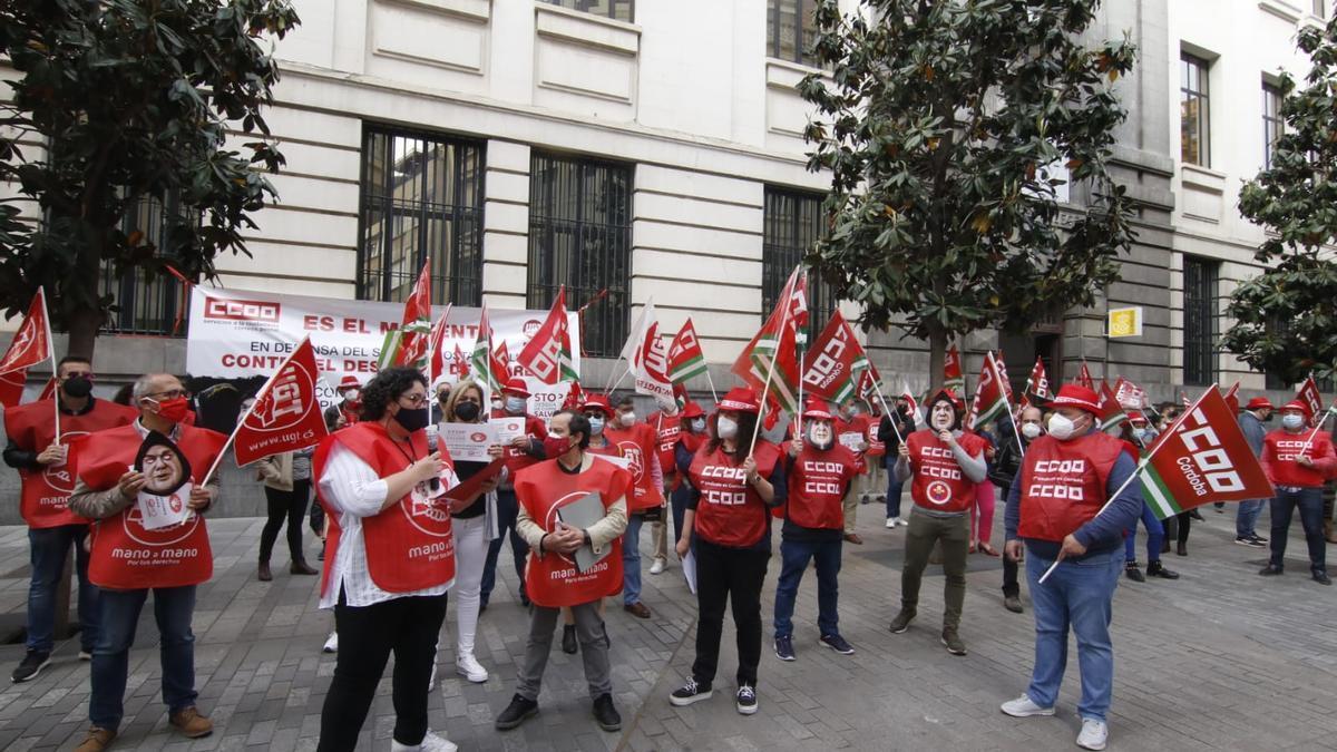 Concentración de los sindicatos frente a Correos.