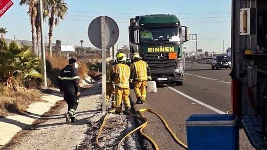 Frenan en la A7 la fuga de gasoil de un camión con anticongelante