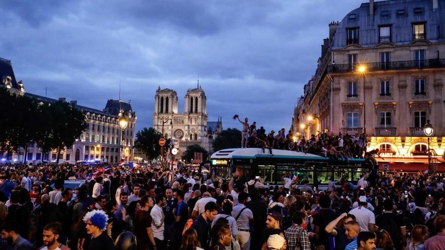 Celebraciones en París tras lograr Francia el pase a la final del Mundial