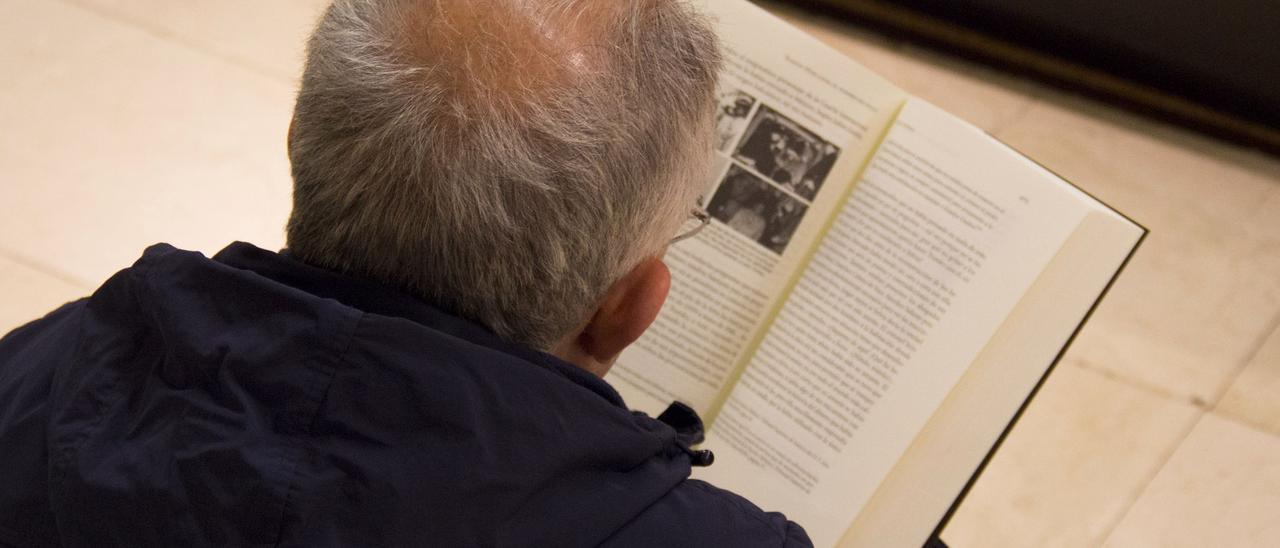 Un hombre leyendo un libro en una imagen de archivo