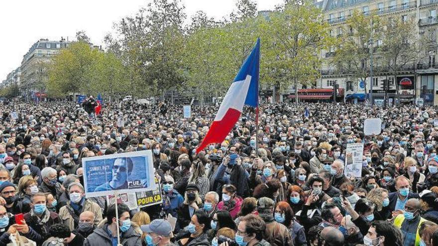 Francia homenajea al profesor asesinado con concentraciones multitudinarias