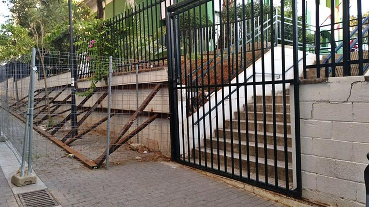 Uno de los muros perimetrales del colegio Federico García Lorca. | L. O.