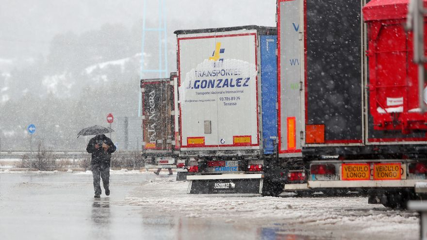 El temporal obliga a cortar decenas de carreteras y deja atrapados a más de 400 camiones