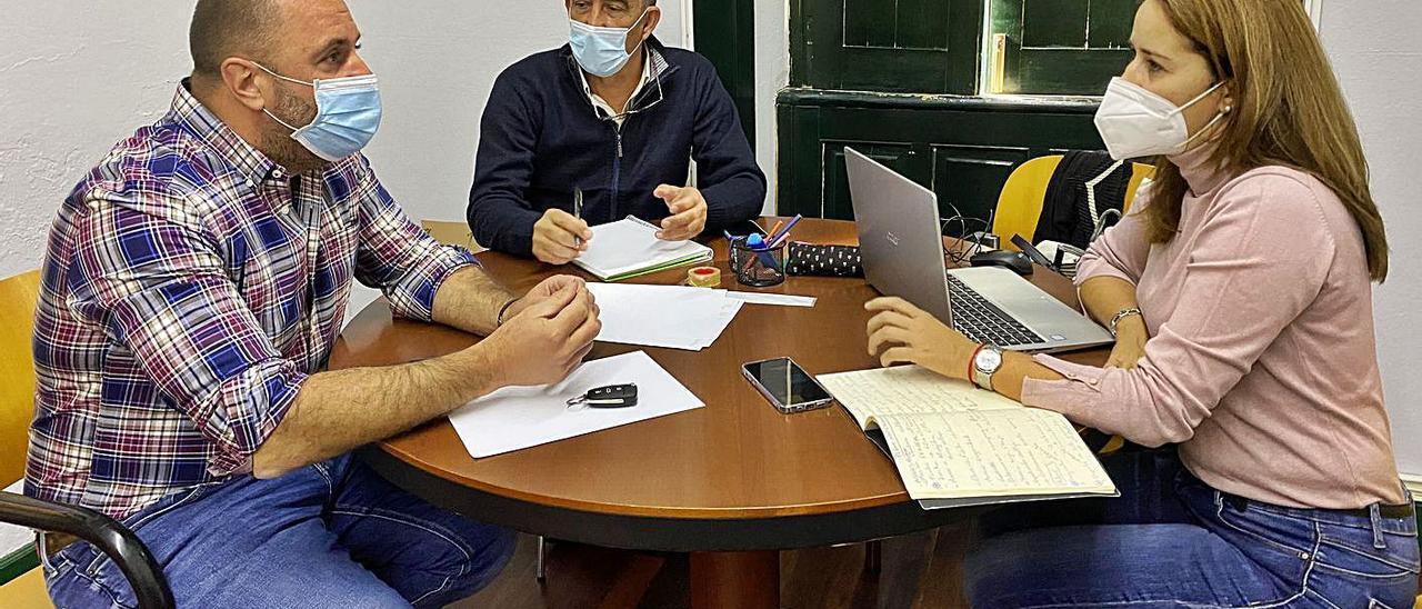 De izquierda a derecha, Sergio Lloret (AMF), Claudio Gutiérrez (PP) y Lola García (CC), ayer. | | LP/DLP