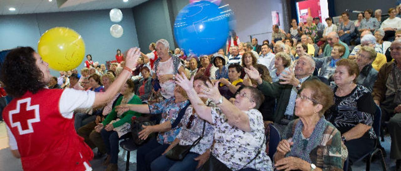 Cruz Roja animó el Encuentro de Mayores con globos y teatro en el centro Raíz del Pueblo de La Oliva.