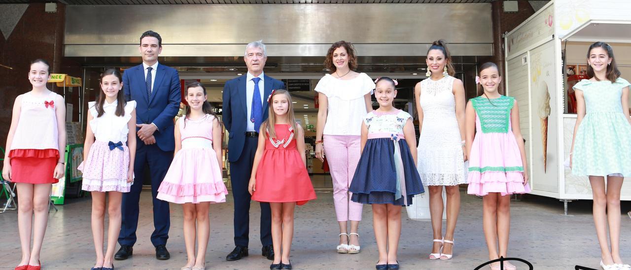 La Bellea Infantil y sus damas con representantes de la dirección de El Corte Inglés y de la Fiesta