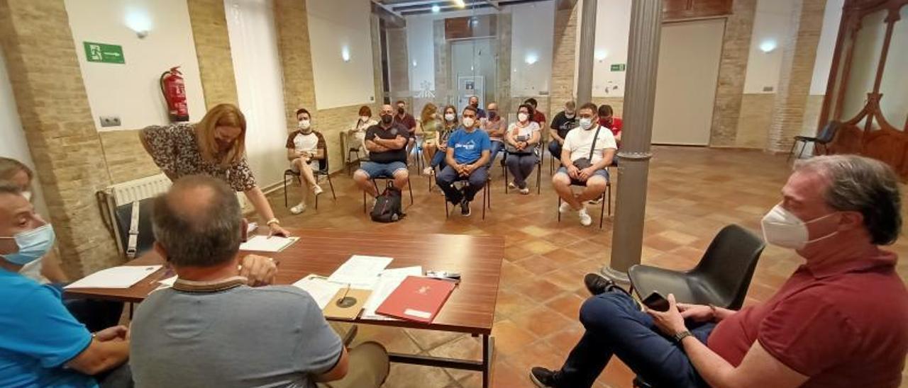 La asamblea de presidentes de las comisiones falleras de Cullera celebrada en La Fonda. | JOAN GIMENO