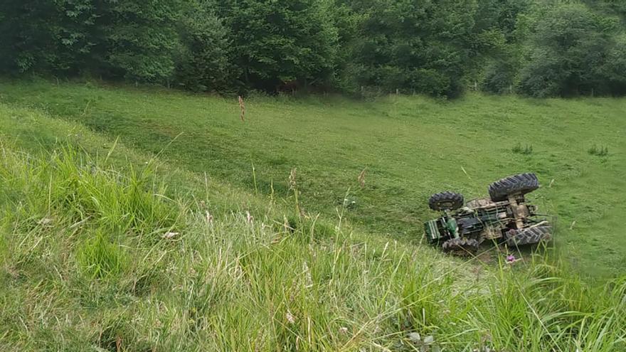 Un vecino se enfrenta a tres años sin carné por volcar ebrio con su tractor en Brañagallones
